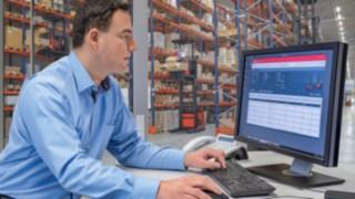 Flottenmanager nutzt das Flottenmanagementsystem connect:desk von Linde Material Handling am PC.